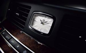 Q70 interior-3_Clock
